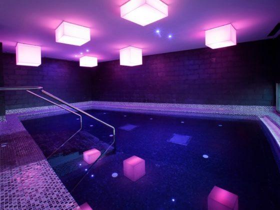spa en Gijón con piscina iluminada
