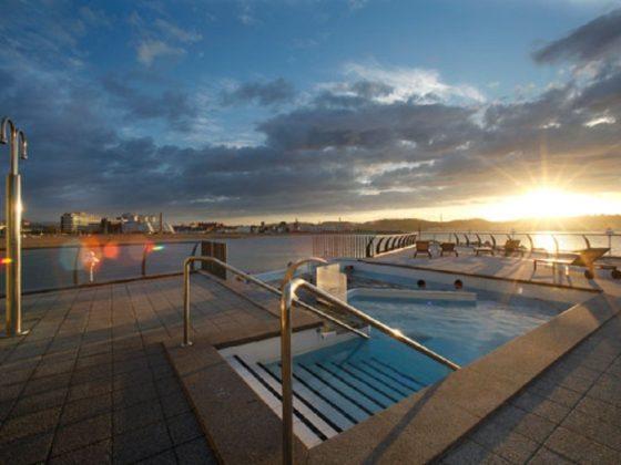 spa en Gijón con piscina y terraza exterior
